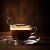 Kop van koffie met damp stock afbeeldingen