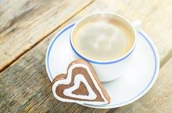 Kop van koffie met de chocoladekoekjes in de vorm van een hart Stock Foto's