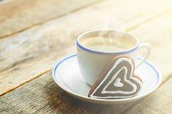 Kop van koffie met de chocoladekoekjes in de vorm van een hart Royalty-vrije Stock Foto
