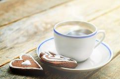 Kop van koffie met de chocoladekoekjes in de vorm van een hart Royalty-vrije Stock Foto's