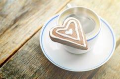 Kop van koffie met de chocoladekoekjes in de vorm van een hart Royalty-vrije Stock Afbeeldingen