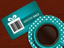 Kop van koffie met de coupon van de de winterverkoop op lijst Stock Foto's
