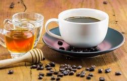 Kop van koffie met de honing, het warme stemmen, selectieve nadruk Royalty-vrije Stock Afbeelding