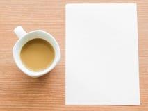 Kop van koffie met document nota Stock Foto