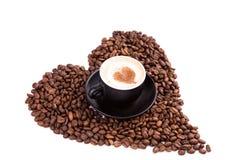 Kop van koffie met een hart. Koffiepauzeconcept. stock afbeeldingen
