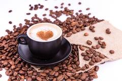 Kop van koffie met een hart. Koffiepauzeconcept. stock foto's