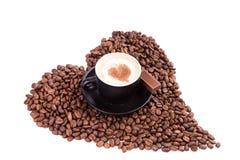 Kop van koffie met een hart met stuk van chocolade. Koffiepauzeconcept. royalty-vrije stock foto