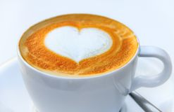 Kop van koffie met een het hartontwerp van de lattekunst bij een koffie in Palma de Mallorca in Spanje royalty-vrije stock afbeelding