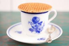 Kop van koffie met een Nederlands stroopwafelkoekje Stock Fotografie