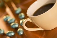 Kop van koffie met eieren stock afbeelding