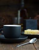 Kop van koffie met erachter cake royalty-vrije stock fotografie
