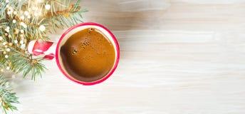 Kop van koffie met feestelijke decoratie op de lijst Royalty-vrije Stock Foto