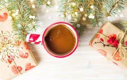 Kop van koffie met feestelijke decoratie op de lijst Royalty-vrije Stock Fotografie