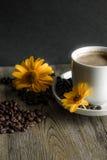 Kop van koffie met gele bloemen op de achtergrond Royalty-vrije Stock Afbeeldingen