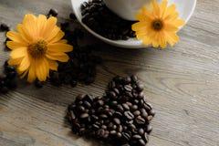 Kop van koffie met gele bloemen op de achtergrond Stock Afbeeldingen