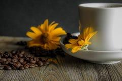 Kop van koffie met gele bloemen op de achtergrond Royalty-vrije Stock Fotografie