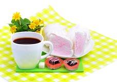 Kop van koffie met heemst, chocoladesnoepjes, gele wildflo Stock Foto's