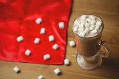 Kop van koffie met heemst op houten lijst Royalty-vrije Stock Foto's
