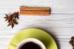 Kop van koffie met kaneel Stock Afbeeldingen