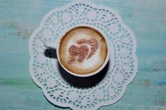 Kop van koffie met kaneel binnen harten Stock Foto's