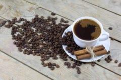 Kop van Koffie met Kaneel en Koffiebonen op een Oude Houten Lijst Royalty-vrije Stock Foto's
