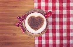 Kop van koffie met kaneelhart op houten lijst St Valentin Royalty-vrije Stock Afbeeldingen