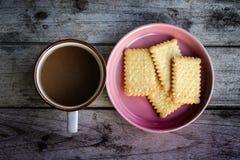 Kop van koffie met koekje in ochtendtijd Royalty-vrije Stock Afbeeldingen