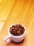 Kop van koffie met koffiebonen Stock Foto