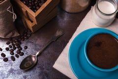 Kop van koffie met koffiebonen en melk Royalty-vrije Stock Afbeelding