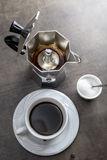 Kop van koffie met koffiezetapparaat Stock Fotografie