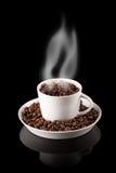 Kop van koffie met korrels met rook wordt gevuld die Stock Foto's