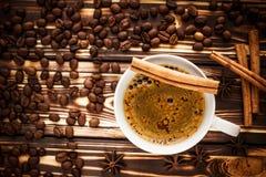 Kop van koffie met kruiden Stock Foto