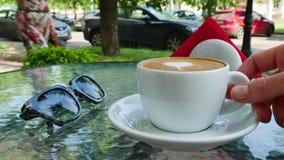 Kop van koffie met Liefde De glazen zijn dichtbij de kop stock videobeelden