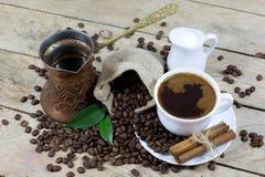 Kop van Koffie met Melk en Koffiebonen op een Oude Houten Lijst, Mening vanaf de Bovenkant Stock Fotografie