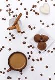 Kop van koffie met melk, koffiebonen, chocolade, kaars, pijpjes kaneel, hoogste mening royalty-vrije stock afbeelding