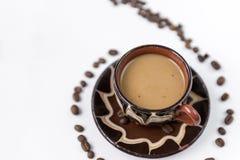 Kop van koffie met melk, koffiebonen op een witte achtergrond stock afbeeldingen