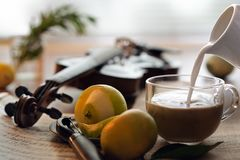 Kop van koffie met melk, viool en boek, stillevenfoto royalty-vrije stock afbeeldingen