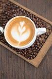 Kop van koffie met mooie Latte-kunst Selectieve nadruk Royalty-vrije Stock Afbeeldingen