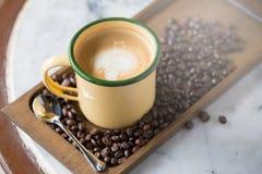 Kop van koffie met mooie Latte-kunst Selectieve nadruk Stock Fotografie
