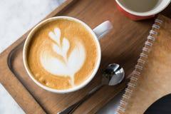 Kop van koffie met mooie Latte-kunst Selectieve nadruk Stock Foto's