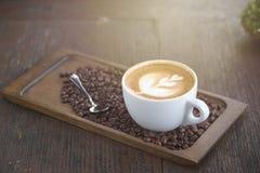 Kop van koffie met mooie Latte-kunst Selectieve nadruk Royalty-vrije Stock Afbeelding