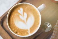 Kop van koffie met mooie Latte-kunst Selectieve nadruk Royalty-vrije Stock Foto's