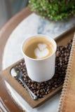 Kop van koffie met mooie Latte-kunst Selectieve nadruk Royalty-vrije Stock Fotografie