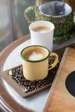 Kop van koffie met mooie Latte-kunst Selectieve nadruk Stock Afbeeldingen