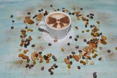 Kop van koffie met noten royalty-vrije stock afbeelding