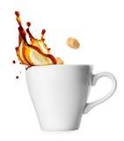 Kop van koffie met plons en suiker stock foto's