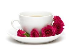 Kop van koffie met rode rozen Stock Afbeelding