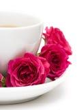 Kop van koffie met rode rozen stock afbeeldingen
