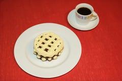 Kop van koffie met romig dessert royalty-vrije stock afbeeldingen