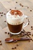 Kop van koffie met romig melkschuim stock fotografie